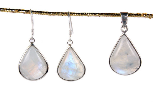 A set of jewellery made of moonstones